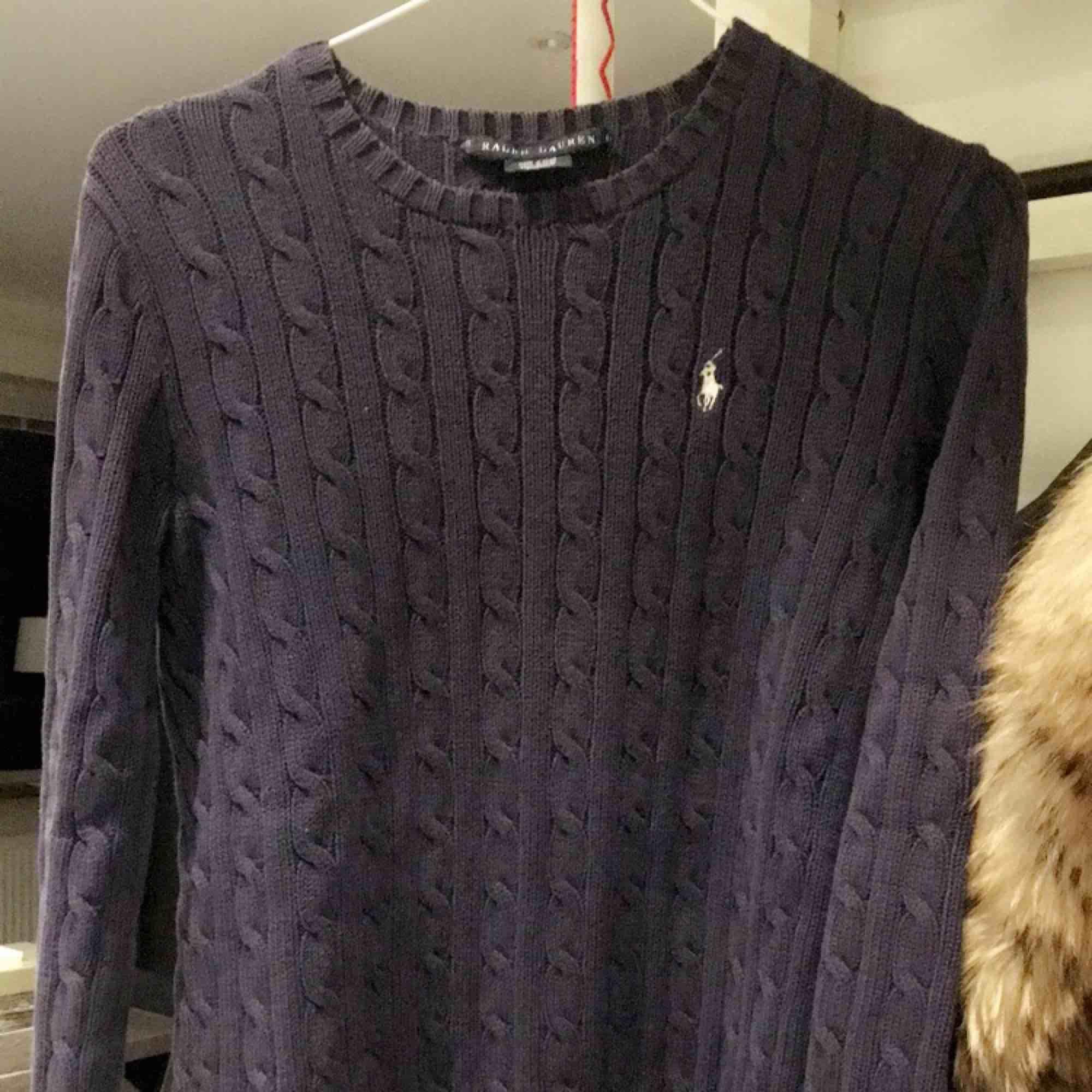 Säljer nu min marinblåa kabelstickade tröja från Ralph lauren då den aldrig kommer till användning, tyvärr! 400kr plus frakt, skickar gärna spårbart så frakten ligger på 58kr, pris går att diskutera vid snabb affär! . Stickat.