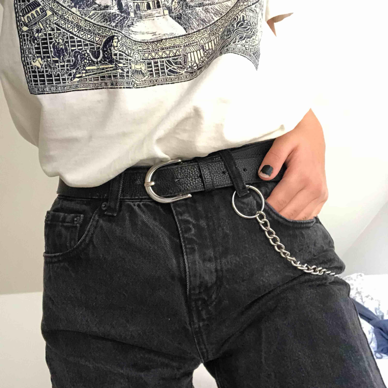 Urtvättade svarta mom jeans från Pull & Bear i storlek 34 men funkar bättre som 36. Möts upp i Stockholm eller köparen står för frakt. Jeans & Byxor.