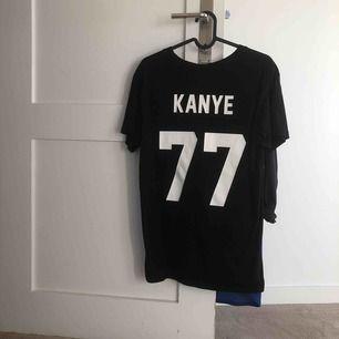 Svart t-shirt från Les (Art)ists, står Kanye på baksidan med numret 77  Köparen står för frakt 💎