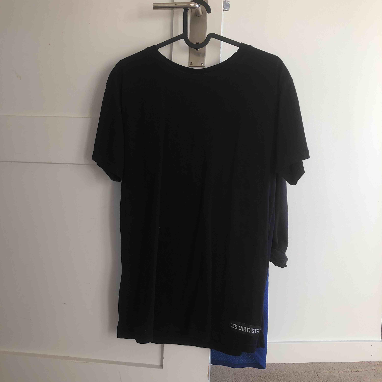 Svart t-shirt från Les (Art)ists, står Kanye på baksidan med numret 77  Köparen står för frakt 💎. T-shirts.