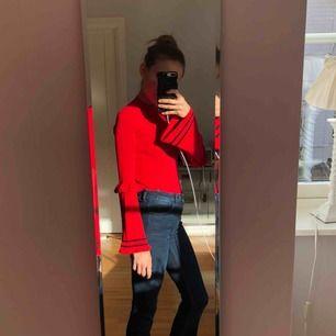 Röd tröja från NA-KD. Använd endast en gång.  Kolla gärna in mina andra annonser!