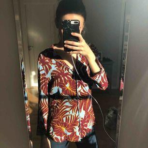 Snygg skjorta i pyjamas stil från H&M. Så gott som ny!  Kolla gärna in mina andra annonser