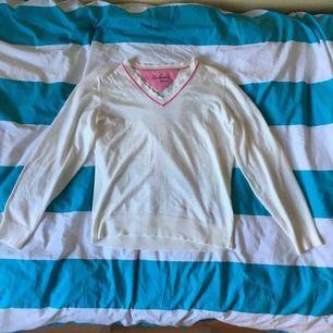 Säljer en fin golf pullover från Lobster Sports! Toppskick då den aldrig använts, men lappen finns tyvärr inte kvar. Materialet är mjukt och ganska tunt. Jag tar Swish och kan mötas upp i Stockholm/Lidingö, eller skicka tröjan men då tillkommer frakt!
