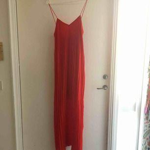 Superfin plisserad långklänning i storlek XS från Bik Bok. Säljer denna då den inte sitter fint på mig. Endast provad och lappen är kvar. Frakt är inräknat i priset. Säljer även denna på Tradera!! 🖤MÄNGDRABATT FINNS🖤