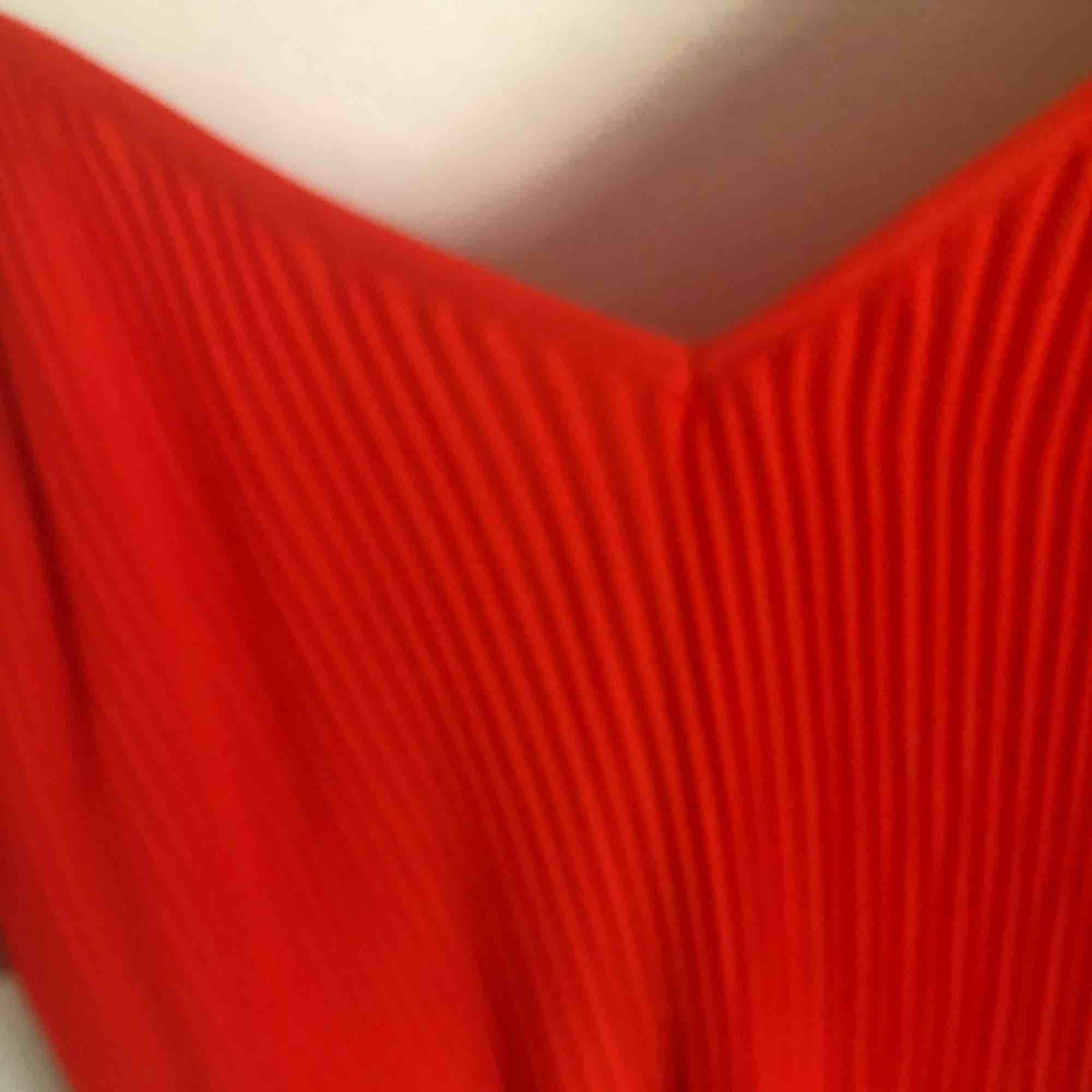 Superfin plisserad långklänning i storlek XS från Bik Bok. Säljer denna då den inte sitter fint på mig. Endast provad och lappen är kvar. Frakt är inräknat i priset. Säljer även denna på Tradera!! 🖤MÄNGDRABATT FINNS🖤. Klänningar.