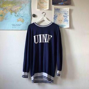 En mörkt blå klänning som även går att använda som tröja!