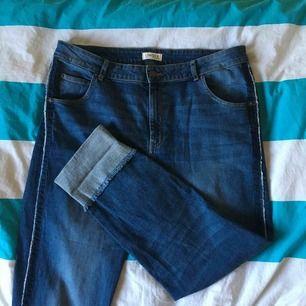 Säljer ett par jeans från Lindex då de är för stora för mig. Använda ett fåtal gånger (nästintill nyskick) och väldigt bekväma då de är stretchiga. Jag tar Swish och kan mötas upp i Stockholm/Lidingö, eller posta men då tillkommer frakt!