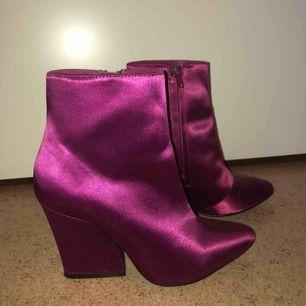 Sjukt snygga boots med klack i satin, använda ca 3 gånger så de är i toppen skick!