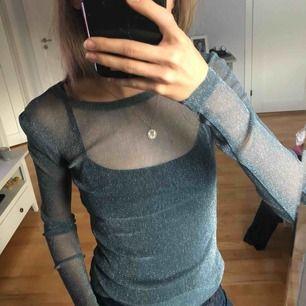 Helt oanvänd glittrig tröja från Gina Tricot i strl xs