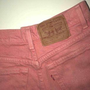 Skitcoola rosa Levi's jeans köpta vintage. Står inte vilken storlek de är men skulle säga att de är i w25  Kolla gärna in mina andra annonser!