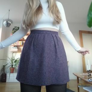 Såå fin lila kjol, köpt vintage. Perfekt skick!  Frakt landar på 39kr, kan mötas upp i Stockholm :)