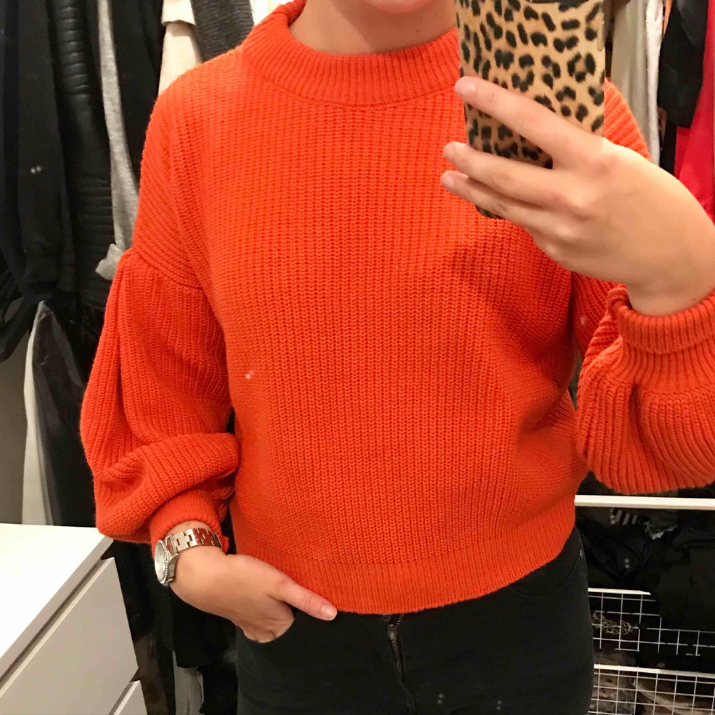 En stickad tröja från Chiquelle, lite röd orange färg med ballong ärmar. Aldrig använd. Frakt tillkommer.. Stickat.