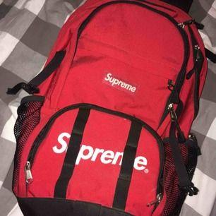 Äkta Supreme ryggsäck från sommarkollektionen 2014. Köpt i supremebutiken i London. Bra skick!