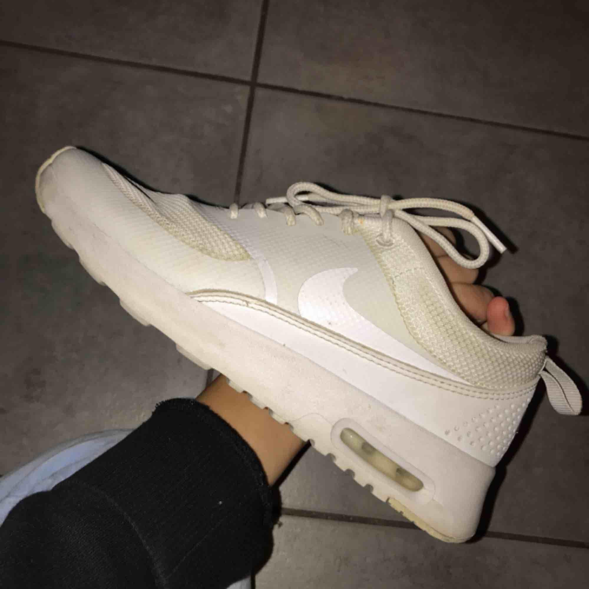 """f873f4152d0 Vita skor från nike i modellen """"Air Max Thea""""   köptes för 1200kr och ..."""