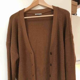 Stickad mysig ljusbrun kofta från HM, köpt förra vintern sparsamt använd. Något oversized. Frakt tillkommer