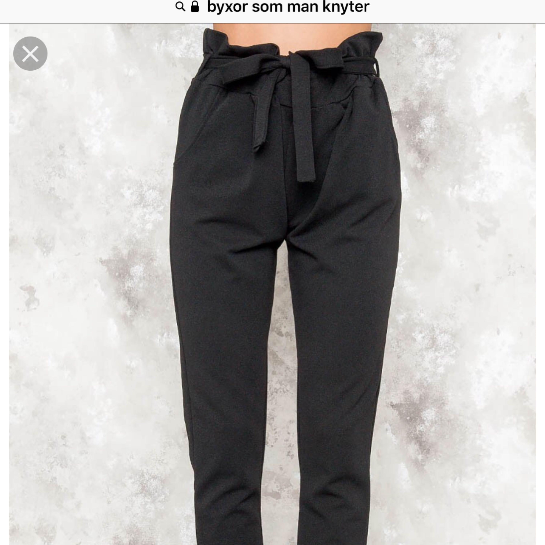 Helt nya byxor som man knyter i midjan från Bikbok! Fick dom som en present, men igen som passade mig tyvärr.. frakt tillkommer :) . Jeans & Byxor.