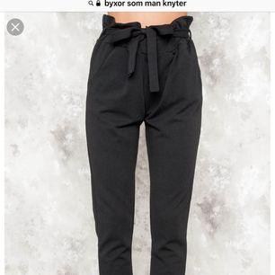 Helt nya byxor som man knyter i midjan från Bikbok! Fick dom som en present, men igen som passade mig tyvärr.. frakt tillkommer :)