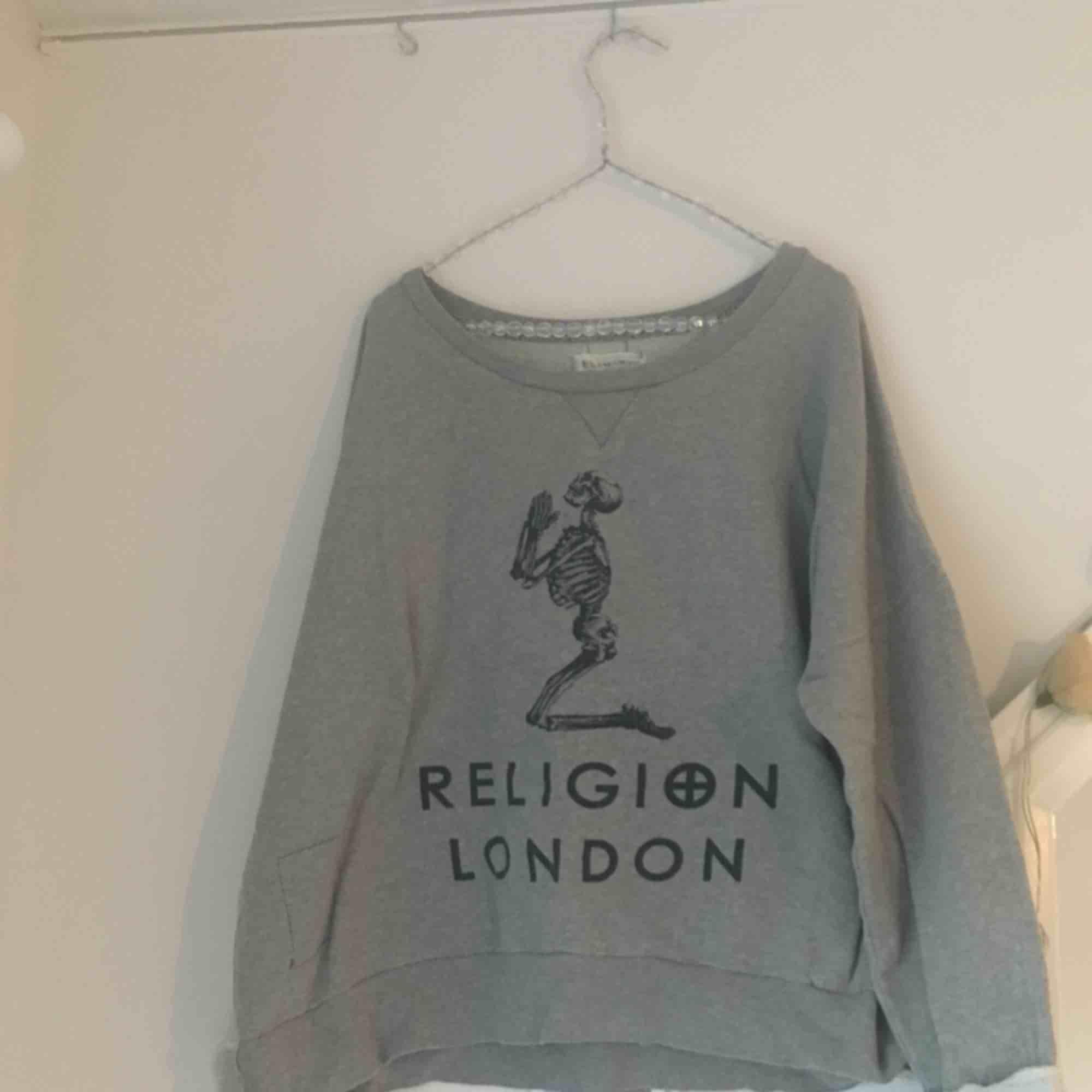 Tröja från Religion London! Passar dom flera storlekarna som over size. Asskön!. Tröjor & Koftor.