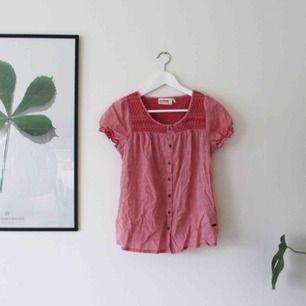 Jättefin top från dobber i en fantastik rosa/röd färg.  Sparsamt använd så i väldigt fint skick.