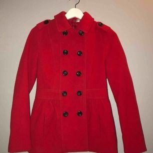 Supersöt röd kappa från HM.