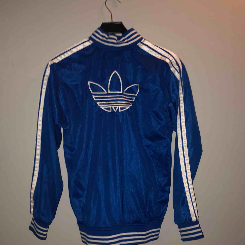 Blå adidaströja med dragkedja. Huvtröjor & Träningströjor.
