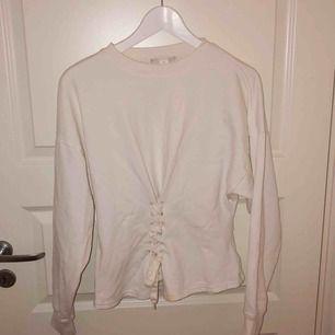 Härlig tröja med snörning från Monki. Syns en liten fläck på bilden, men den tvättas självklart bort innan affär. Säljes pga behöver plats i garderoben. ;) Köparen står för fraktkostnad.