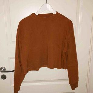 Croppad tröja i varmt material från forever 21. Härlig brun färg. Syns en fläck på bilden som självklart tvättas bort innan affär. Säljes pga behöver plats i garderoben. ;) Köparen står för fraktkostnad.