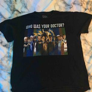 En doctor who t shirt med dem första 11 doktorerna på tröjan