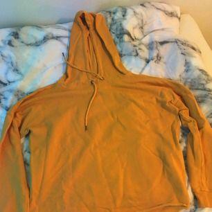Gul hoodie som är croppad. Jätte söt inför hösten och vintern och har ett jätte bekvämt tyg.