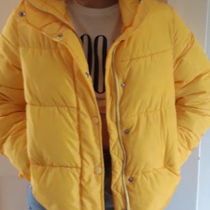 Här har vi min favo jacka som jag tyvärr måste sälja för att det inte riktigt känns som min stil längre. Köpte den förra vintern för 500 kr och den är sparsamt använd. Tar bara swish
