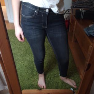 Stretchiga, sköna och lågmidjade  svarta jeans.  Knappt aldrig använda.