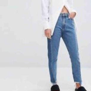 """Sjukt snygga jeans from Monki med coola detaljer i storlek 26 och modellen """"kimono High relaxed"""". Tyvärr för små och därför fåtal gånger använda, Väldigt bra skick!"""
