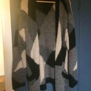 Stickad kofta med bland annat 15% ull och 5% mohair, värmer bra. Lite noppig men enkelt att ta bort, i övrigt fint skick. Oversize så passar allt från S-L