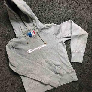 Champion hoodie. Lite liten i storlek så passar säkert XS med. Köparen betalar frakt