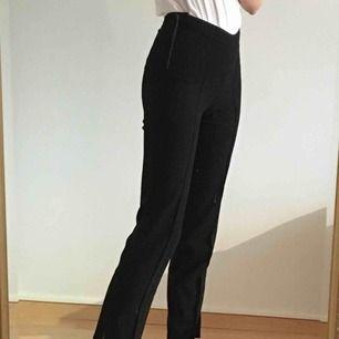 Trendiga byxor från Stylein!!🤩 Otroligt bekväma och stilrena. Passar att bära till allt och har en slits längst ner på byxbenet. Ordinariepris: 1450kr