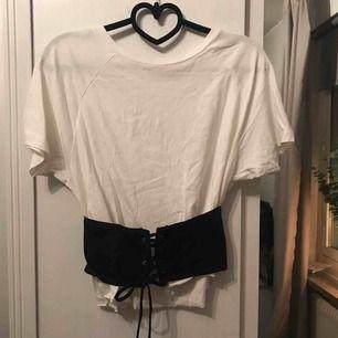 """Kortare tröja med """"bälte"""" med knytning  Storlek xs 80kr köparen betalar frakten"""