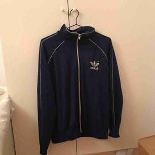 En sjukt fin adidas track sweatshirt, tyvärr för stor för mig!! Köparen står för frakt
