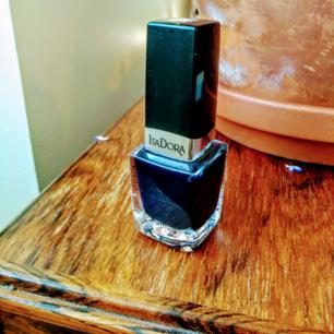 Mörkblått oanvänt nagellack från Isadora.
