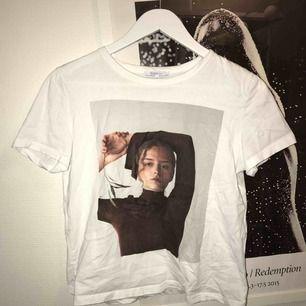 Zara T-shirt i storlek XS (ser kortare ut på bilen men passar XS)