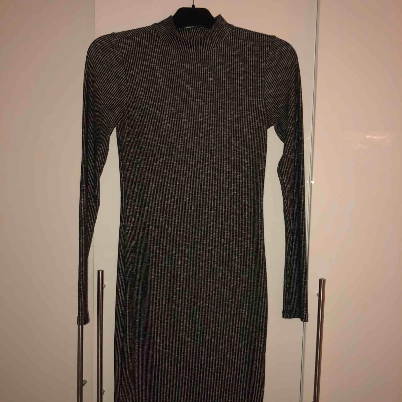 4a432bcb830e Grå ish ribbad klänning med kort polo hals Köpt för 299kr Köparen står för  frakten.