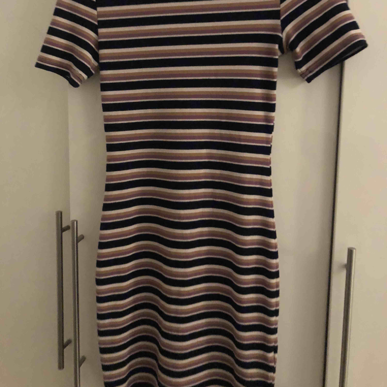 109a338f4a03 Jätteskön tajt klänning från hm Köparen står för frakten . Klänningar.