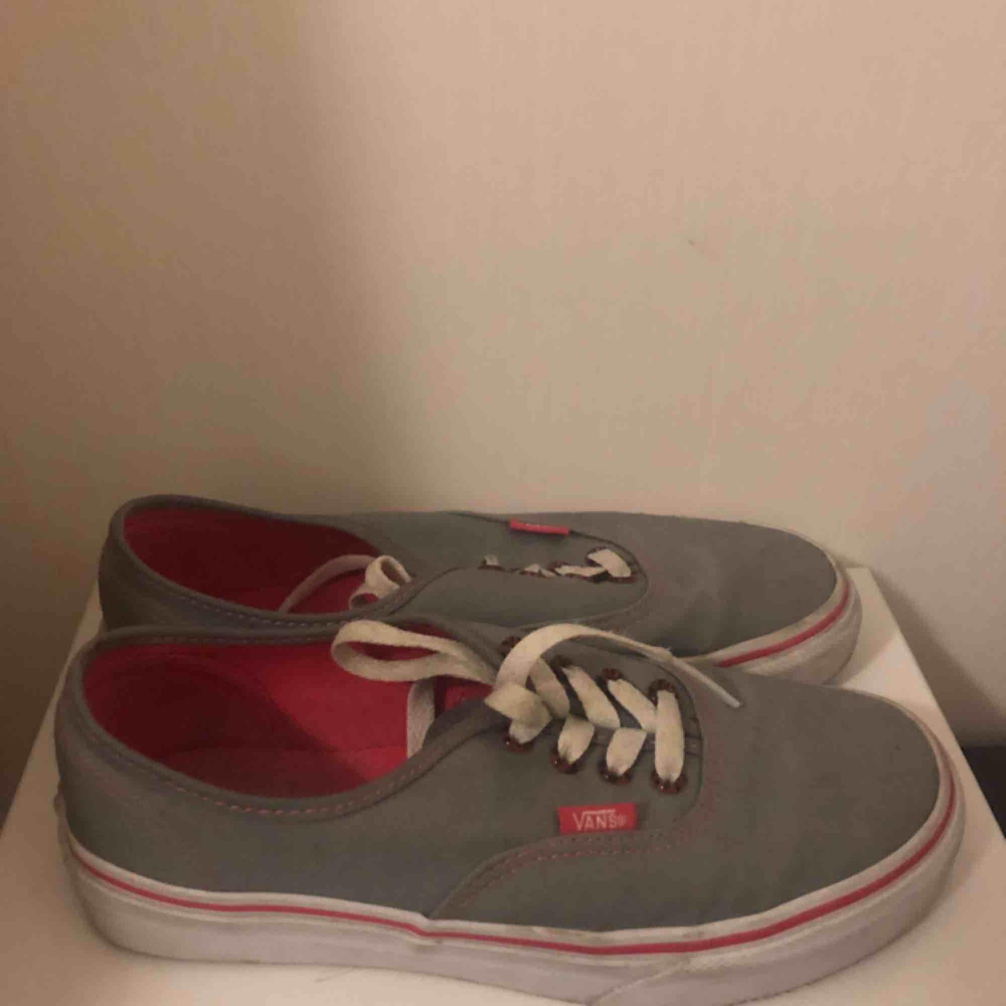 gråa vans authentic.  nypris: 800kr aldrig använda. säljer för att de inte är min stil.. Skor.