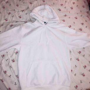 Nyköpt hoodie från H&M, köpt för 199 kr säljs för 90. Ocersized fit.