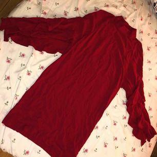 Röd flörtig klänning från H&M, volanger på armarna.