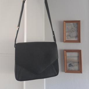 Härlig och snygg svart väska med gul detaljer. Knappt aldrig använd!🌻