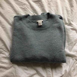 Fin ljusblå/glittrig stickad tröja ifrån H&M. Använd fåtal gånger, frakt tillkommer.