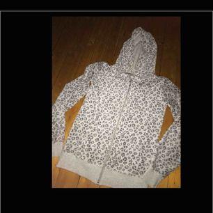 Fin hoodie med dragkedja från Cubus! Väl använd men i gott skick, inga hål, defekter eller liknande! Köparen står för ev frakt! Kan mötas upp i Jkpg🌻