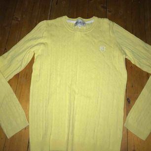 Fin kabelstickad tröja från Hampton republik i storleken 170 (XS-S tror jag absolut den passar). Använd max 2 ggr då jag snabbt växte ur den! Inga hål, defekter eller liknande! Köparen står för ev frakt! Kan mötas upp i Jkpg🌻