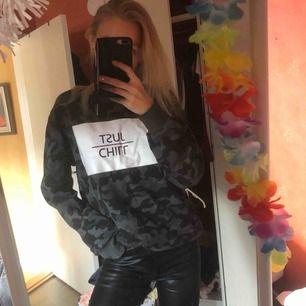 """Så otroligt snygg trendig tröja i camouflage i grå/svart! Fått så mycket komplimanger och frågor om denna. Trycker """"just chill"""" perfekt till skinnbyxor nu till hösten💃🏼 använd max 3ggr, perfekt skick!"""
