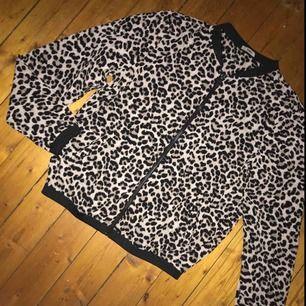En sjukt fin kofta från märket ONLY i leopard. Den e använd enstaka gånger, ser ut som ny! Inga defekter eller liknande👍Köparen står för ev frakt, tar swish. Kan mötas upp i Jkpg🌻